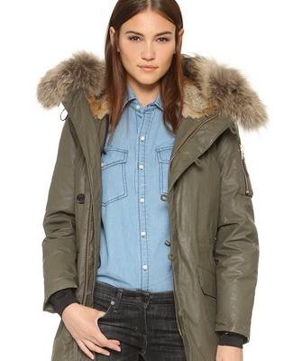 308b84587b Egy teljesen más stílusos megoldás divatos. téli kabátok parkok természetes  szőrmével. Meleg bélésekhez is használják - rendszerint nyírott báránybőr  vagy ...