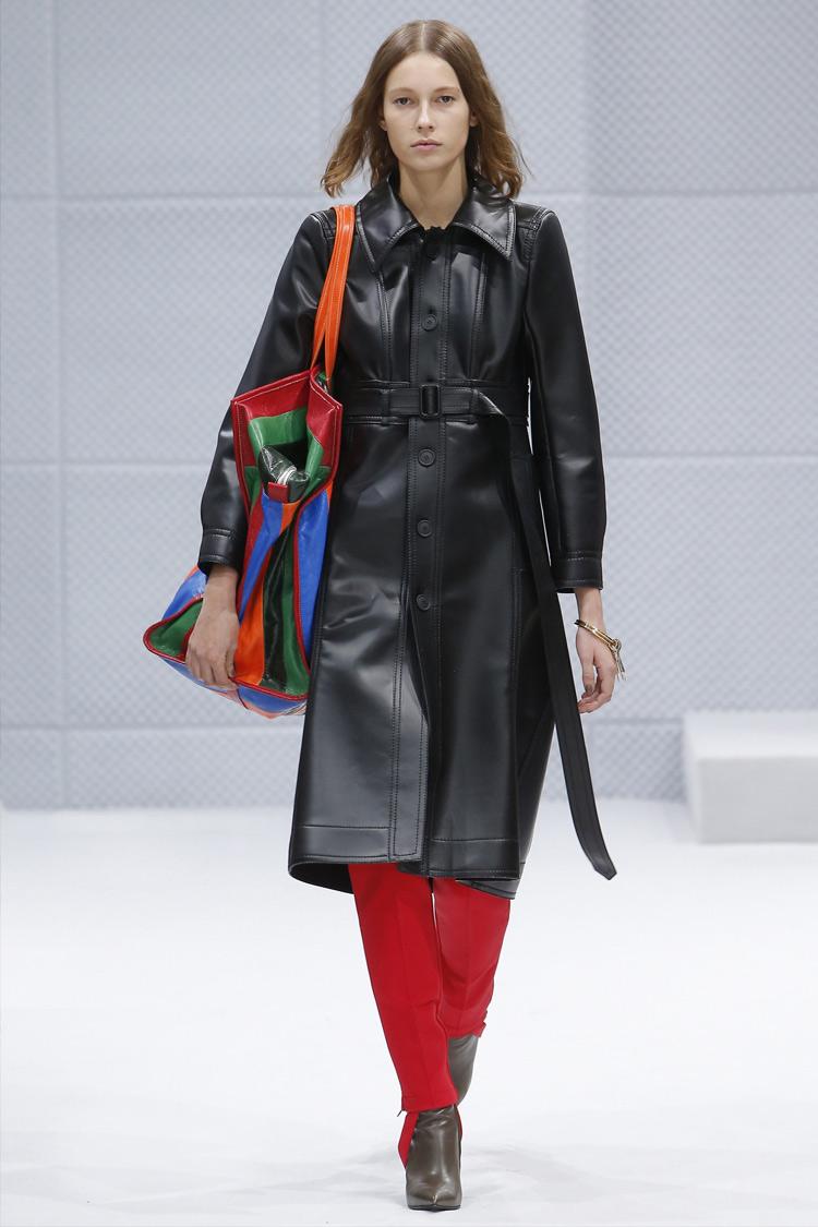 Пуховики та безформні куртки і плащі увійшли в моду не так давно. Однак  вони присутні в гардеробі майже кожної дівчини  в них зручно і тепло навіть  в ... 422ae1bf17894