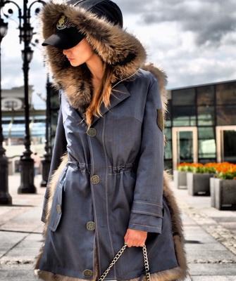 1daf8147ce A tervezők drága bolyhos szőrméket használnak a díszítéshez, és a kabátok  nem drága nylonból készülnek, hanem drága gyapjúból vagy kasmírból.